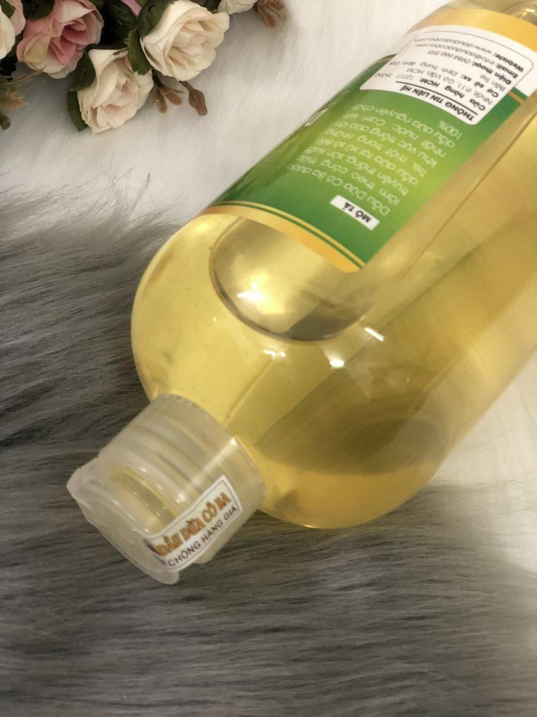 Dầu dừa nguyên chất thì nó sẽ có màu vàng nhạt hay màu hơi vàng đậm