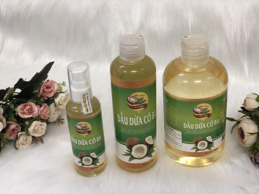 Dầu dừa nguyên chất có mùi thơm nhẹ, độ sánh và màu ngà vàng